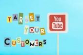 karta s youtube logo a cílové zákazníky nápisy izolované na modré