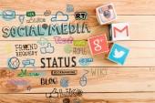pohled shora z krychle s logem google plus, gmail, Instagramu a Twitteru na dřevěný stůl s sociální media ilustrace