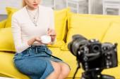 nyírt kilátás blogger a farmer szoknya gazdaság kozmetikai krém előtt videokamera
