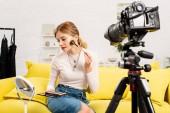 szépség blogger csinál smink előtt videokamerát otthon