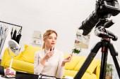 szépség blogger gazdaság rúzsok előtt videokamera