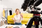 szelektív középpontjában a szépség blogger gazdaság rúzsok előtt videokamerát