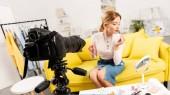 szépség blogger alkalmazó szájfény és néztem tükör előtt videokamerát