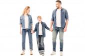 volle Länge Ansicht des Jungen hält Hände mit Eltern isoliert auf weiß