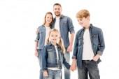 šťastná usměvavá rodina v džínách, které objímají a drží ruce izolované na bílém
