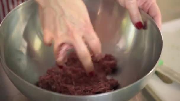 ženské ruce smíchejte maso, mleté maso s kořením