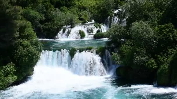 Letecký pohled na vodopád v Krka národní Park, jeden z nejznámějších národních parků a navštíví mnoho turistů. Skradinski Buk: Národní Park Krka, Chorvatsko.