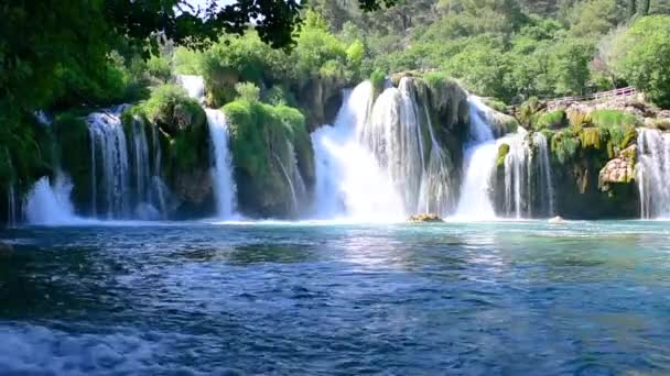 Pohled z vodopádu Skradinski Buk v Krka národní Park, jeden z nejznámějších národních parků a navštíví mnoho turistů. Skradinski Buk: Národní Park Krka, Chorvatsko.