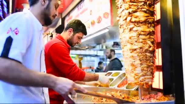 Kuchař, řezání tradiční turecké jídlo Shawarma kuřecí Döner Kebab ve venkovní restauraci. Istanbul, Turecko, 02 února 2019