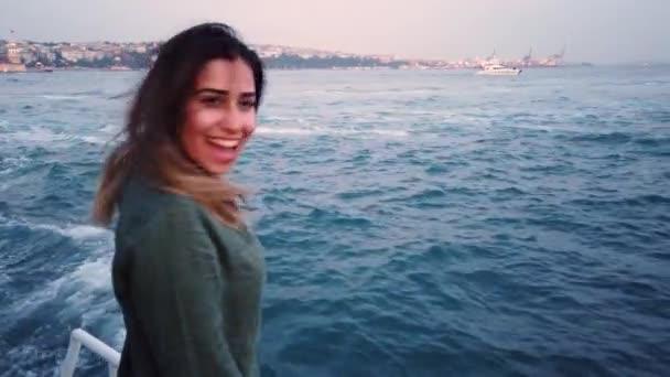 Zeitlupe: schöne junge Mädchen hat eine Bootstour mit Blick auf den Bosporus und Jungfrauenturm in Istanbul, Türkei.