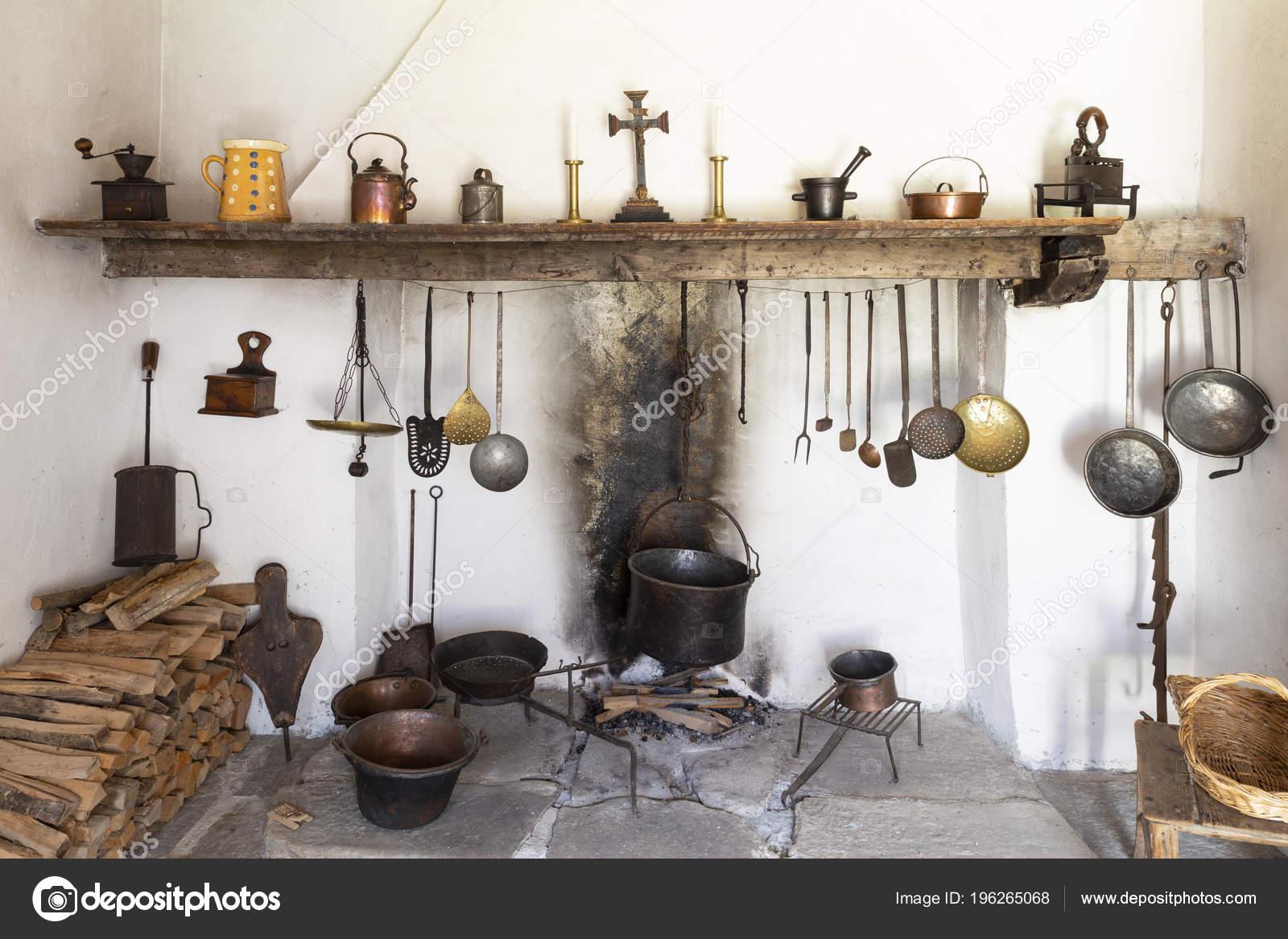 Vista Frontale Una Cucina Stile Retrò Rustico Con Camino Cucina ...