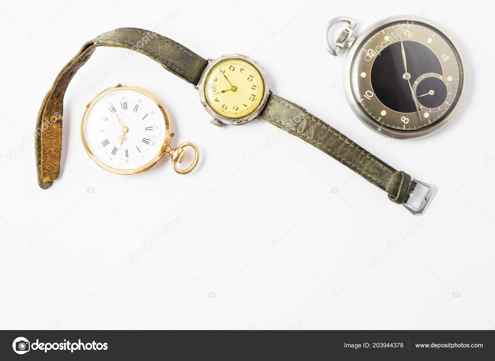 Σύνολο ρολόγια σε λευκό φόντο με ένα κλασικό χρυσό τσέπη Παρακολουθήστε ένα ρολόι  τσέπης μαύρο και ασημί χρώμα και ένα ρολόι με φθαρμένα δερμάτινα λουράκια  ... c97eba3ab38