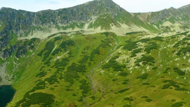 Údolí pěti jezer v pohoří Tatra, Polsko, tento klip je k dispozici ve dvou různých odstuptech, 10bitová barva nebo DJI barevný Lút
