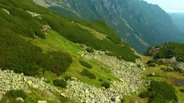Krásná letecká krajina vysokých Tatras nedaleko Siklawa, letecký výhled do okolí, tento klip je k dispozici ve dvou různých stupidách, 10bitová barva nebo DJI barevný Lút