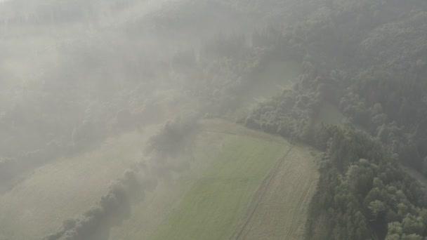 vzdušných záběrů lesa a pole s mlhou při východu slunce, Moravianslezské Beskydy (česky: o tomto soundmoravskoslezsk Beskydy, slovenštině – moravsko-slize) je pohoří v České republice s malou částí, která se blíží na Slovensko