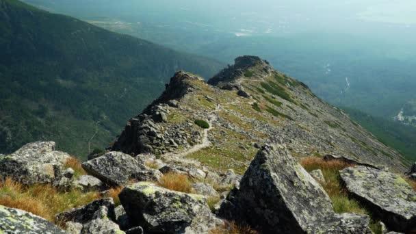 turistické stezky podél hřebenu, které po nich následují, mohou turisté přejít na vrchol Slavkovského
