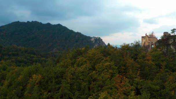 hrad zříceniny s lesem na podzim letecké záběry