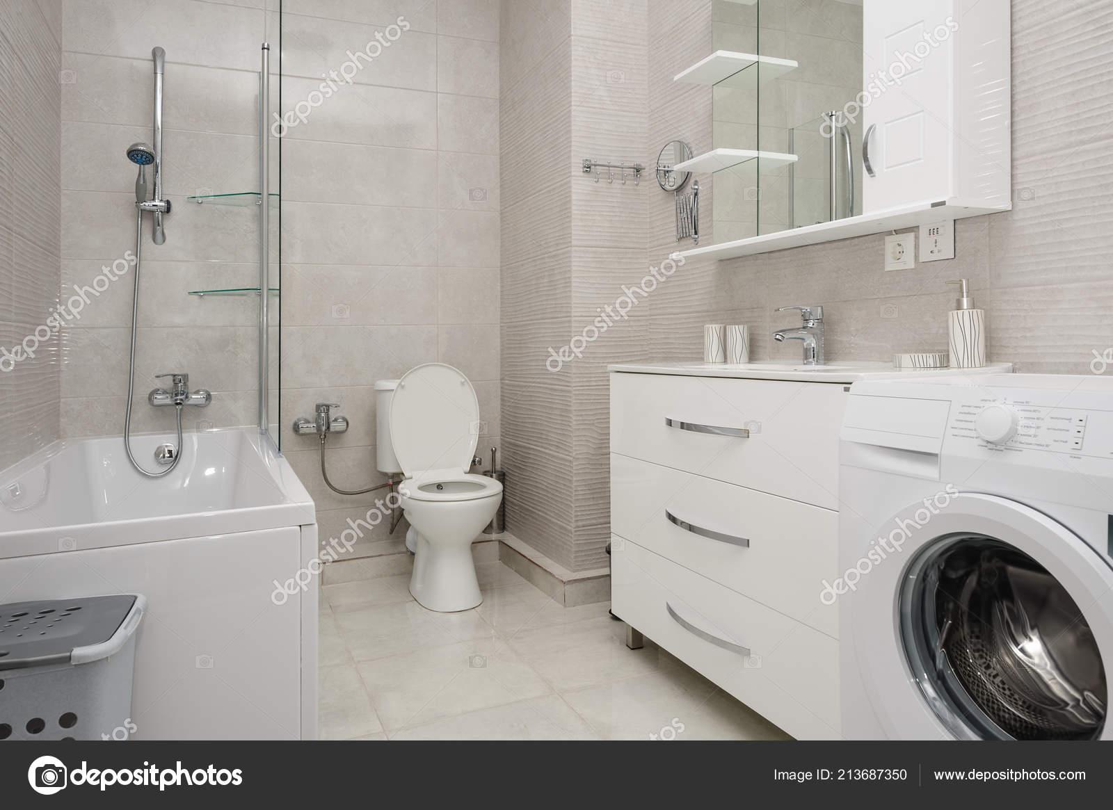 intérieur de la salle de bains moderne blanc — Photographie starush ...