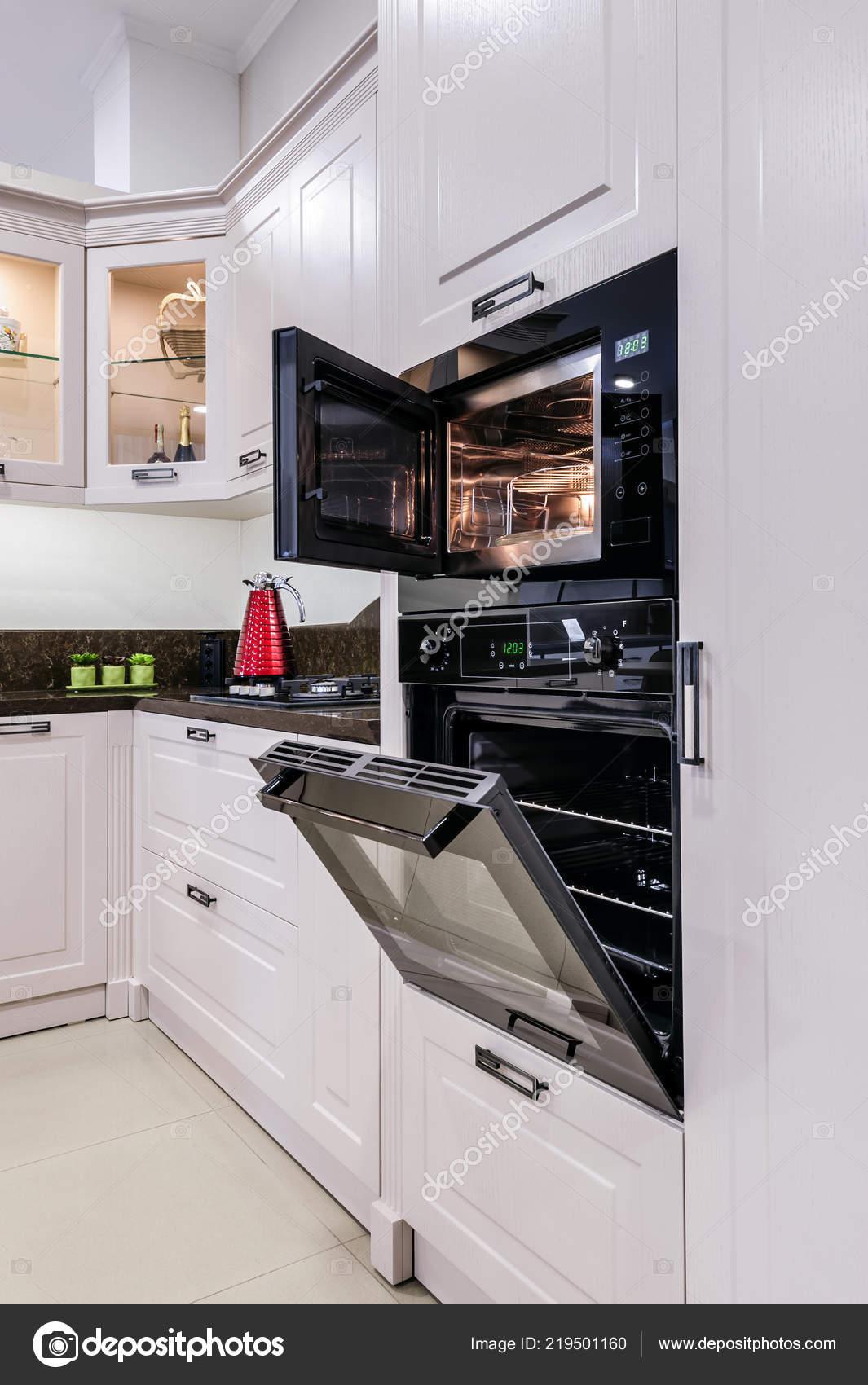 Luxus modern Beige Küche Interieur — Stockfoto © starush ...