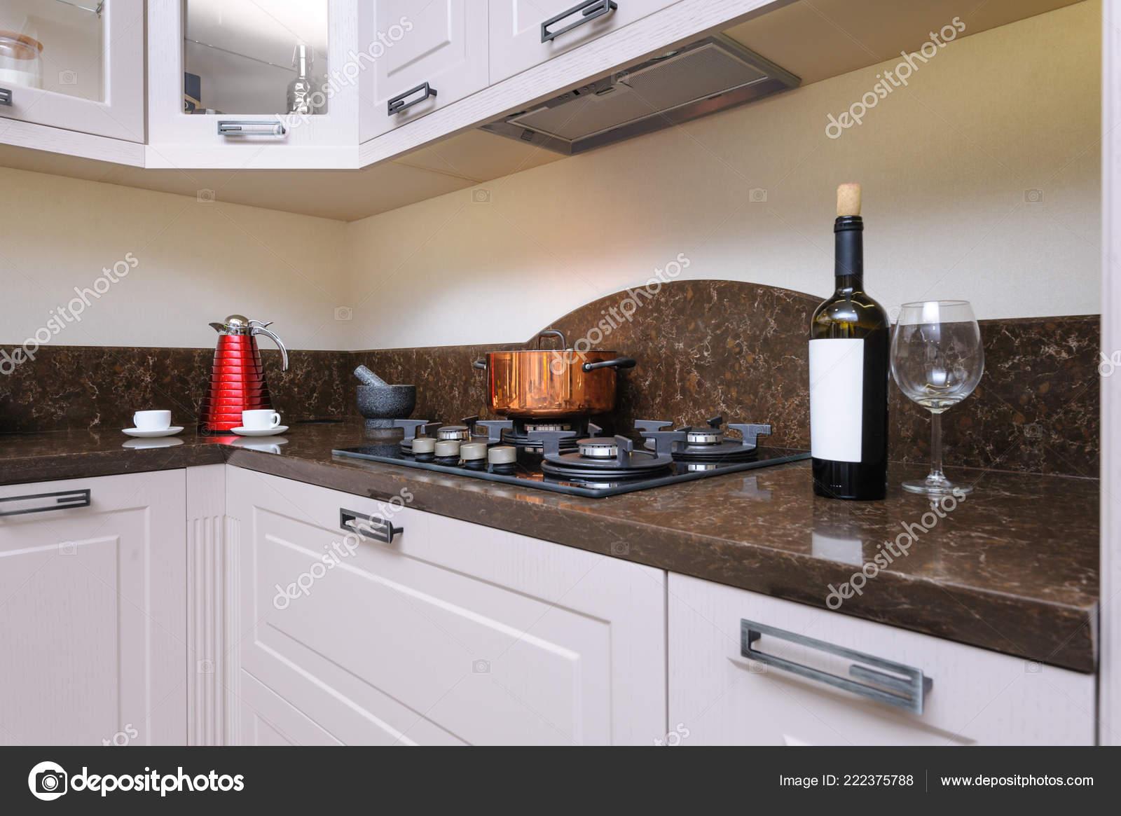 Cucina beige moderna di lusso — Foto Stock © starush #222375788