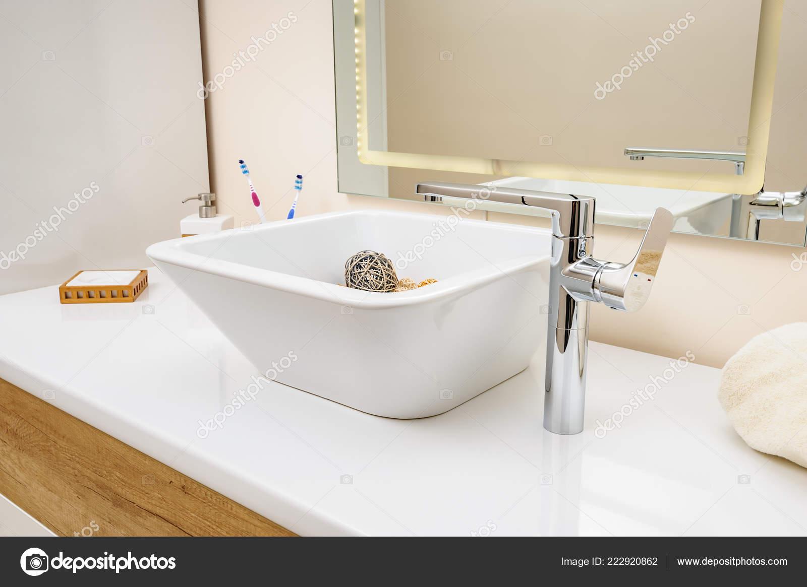 Szczegółowo Wnętrza łazienka Z Umywalka I Bateria Zdjęcie
