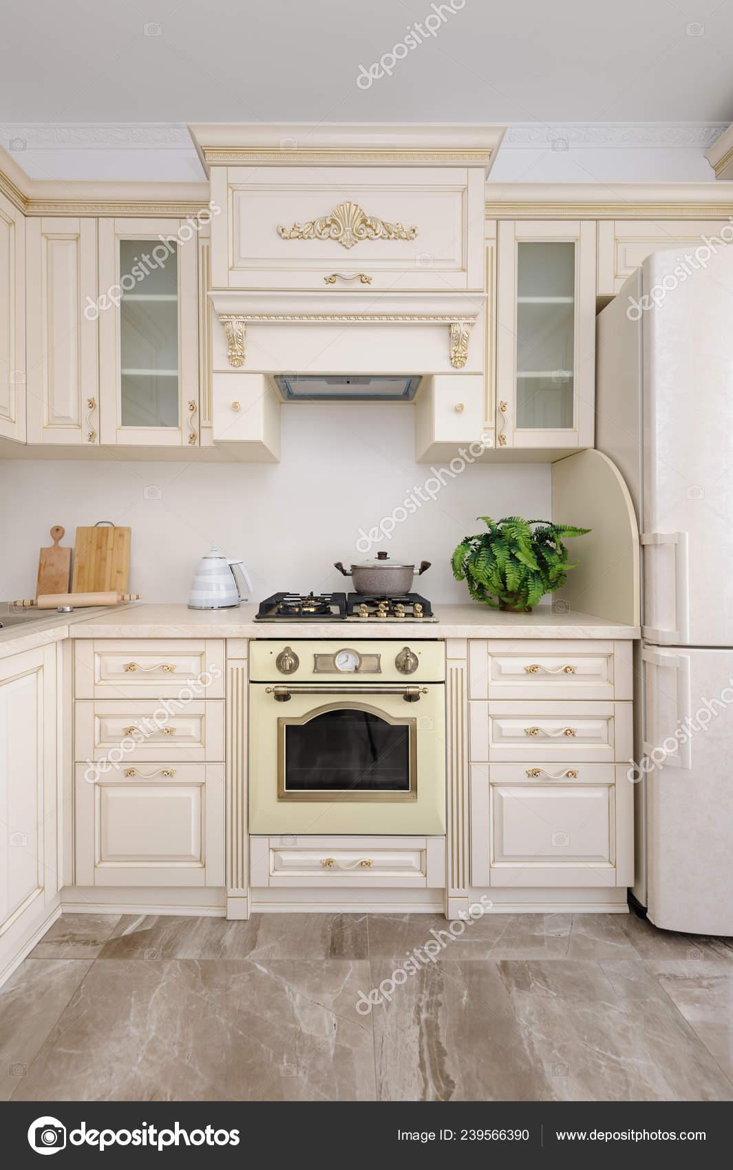 Cuisine de luxe moderne de couleur beige — Photographie ...