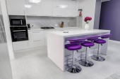 Photo white dining table in modern kitchen