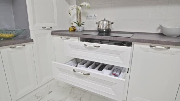 Detaily moderní bílé dřevěné kuchyně