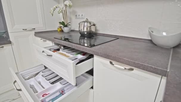 Některé detaily moderní bílé dřevěné kuchyně