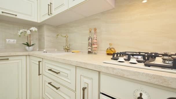 Detailní informace o nábytku v béžové kuchyni
