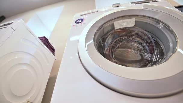 mosógépek sorai a háztartási gépek raktárában