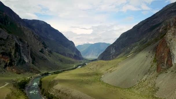 Altay horského údolí. Horská řeka, která teče mezi vysokými zasněženými horami. Kazachstán východní Asie a Ruska. Areal Duně záběry