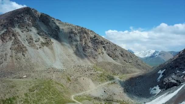 Tal Berglandschaft Kyrgyzstan. Westkyrgyzstan Pamirlandschaft. Reisen nach Asien. Flächenbombardements.