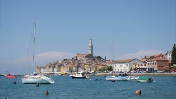 Rovinj, Chorvatsko - panoramatický výhled na staré město Rovinj panorama na poloostrově Istrie, Chorvatsko na nábřeží ulice. Rovinj je oblíbené turistické letovisko, rybářský přístav a kulturní cestování Chorvatska.