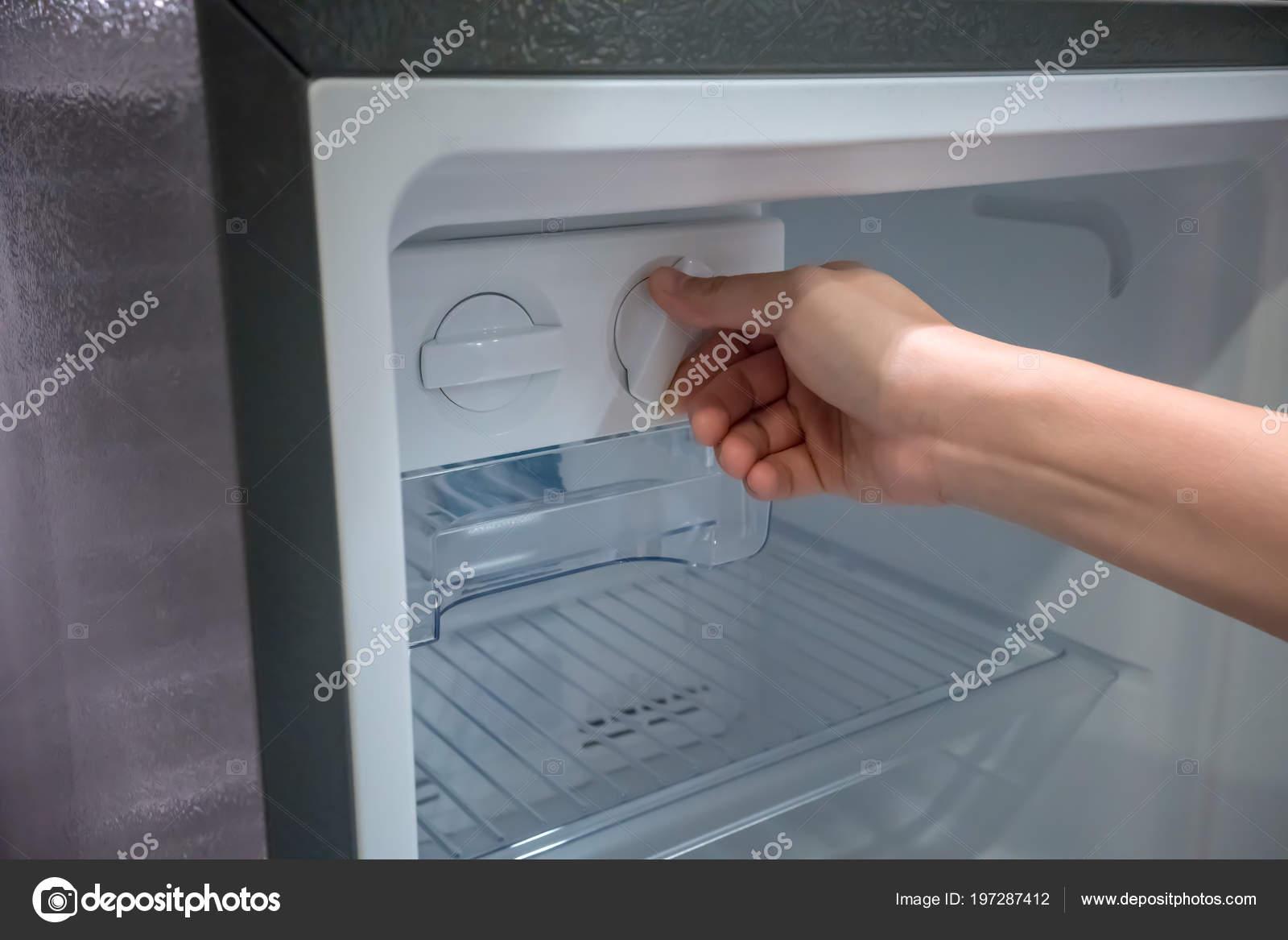 Frau Hand Verdrehen Fur Eis Aus Der Eismaschine Neuen Kuhlschrank