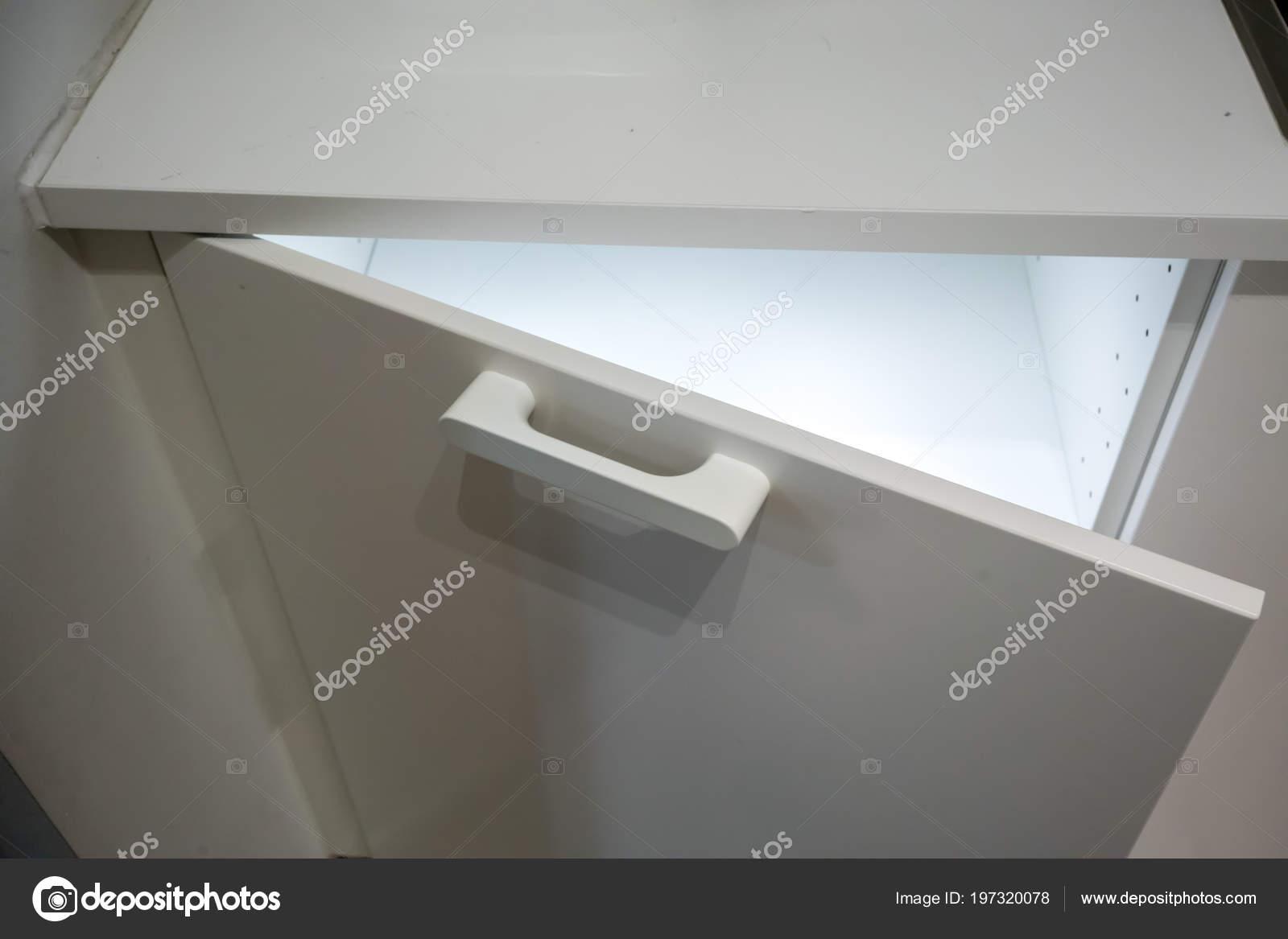 Led Verlichting Kast : Kleine witte kast met led verlichting binnen automatische