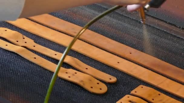 U koženého řemeslníka je barva na popruhy. Ručně vyrobený koncept. Koncepce malých podniků pro tvorbu kožených výrobků.