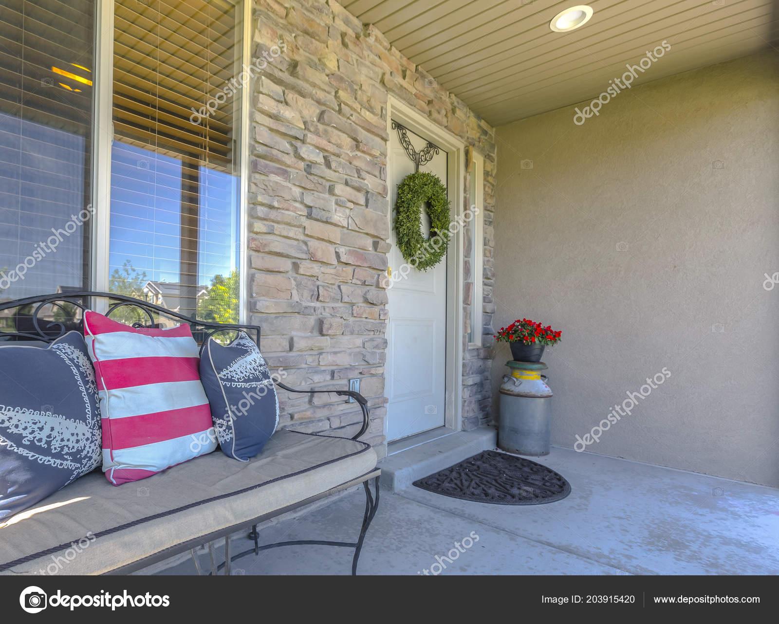 d3e579c9599409 Steinmauer Eintrag mit Bank nahe vor der Tür — Stockfoto ...