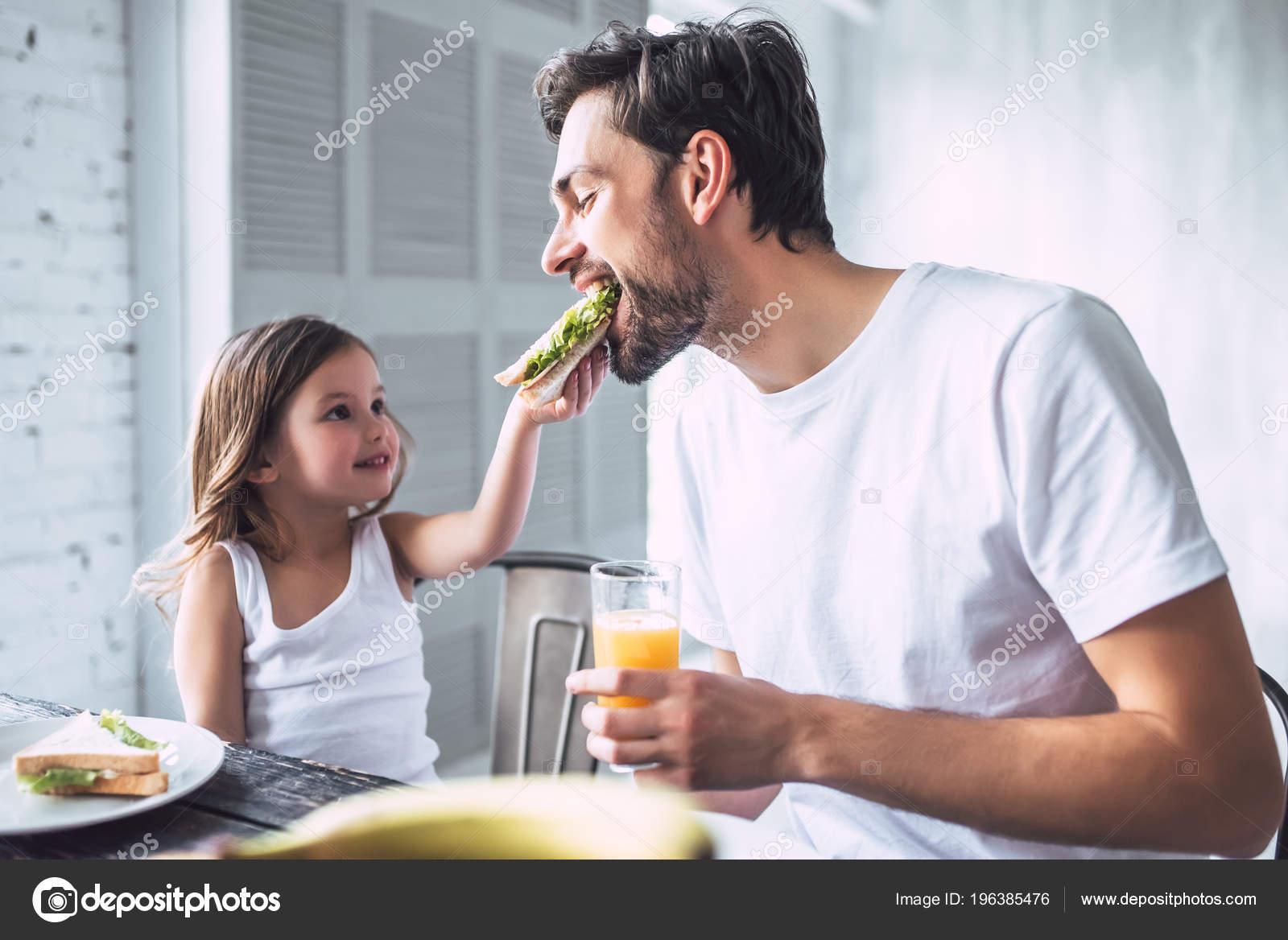 family eating breakfast - 1000×667