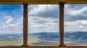 Pohled z historického města Motovun na hornatou krajinu ve vnitrozemí poloostrova Istrie, Chorvatsko, Evropa