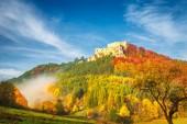 Podzimní krajina s středověký hrad Lietava poblíž Žilina město, Slovensko, Evropa.