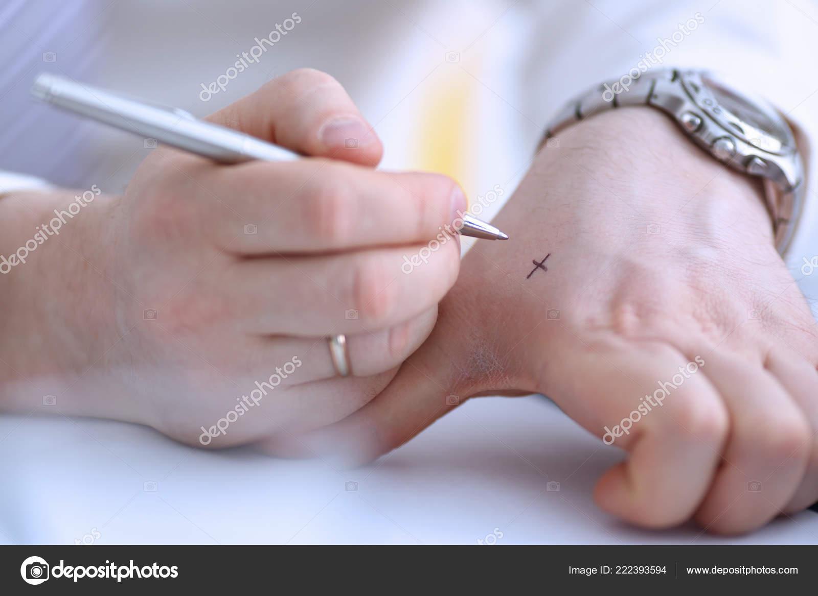 86418cf6e04 Mužské make x kříž Poznámka stříbrným perem za ruku pro mějte na paměti v  úřadu closeup. Snažte se zapomenout na seznam úkolů koncepce — Fotografie  od ...