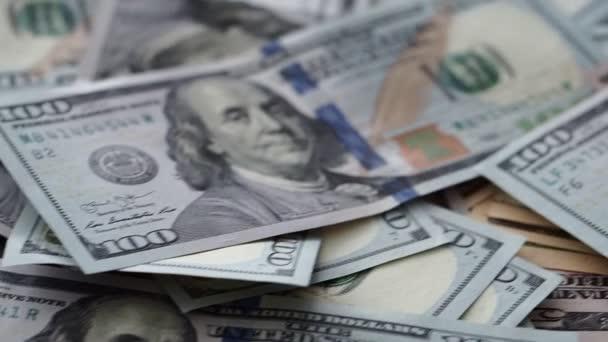 Obrovské množství amerických peněz ležících v náhodném pořadí