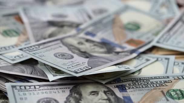 Soustřeď se na nás sto dolarových bankovkách ve velké hromadě peněz