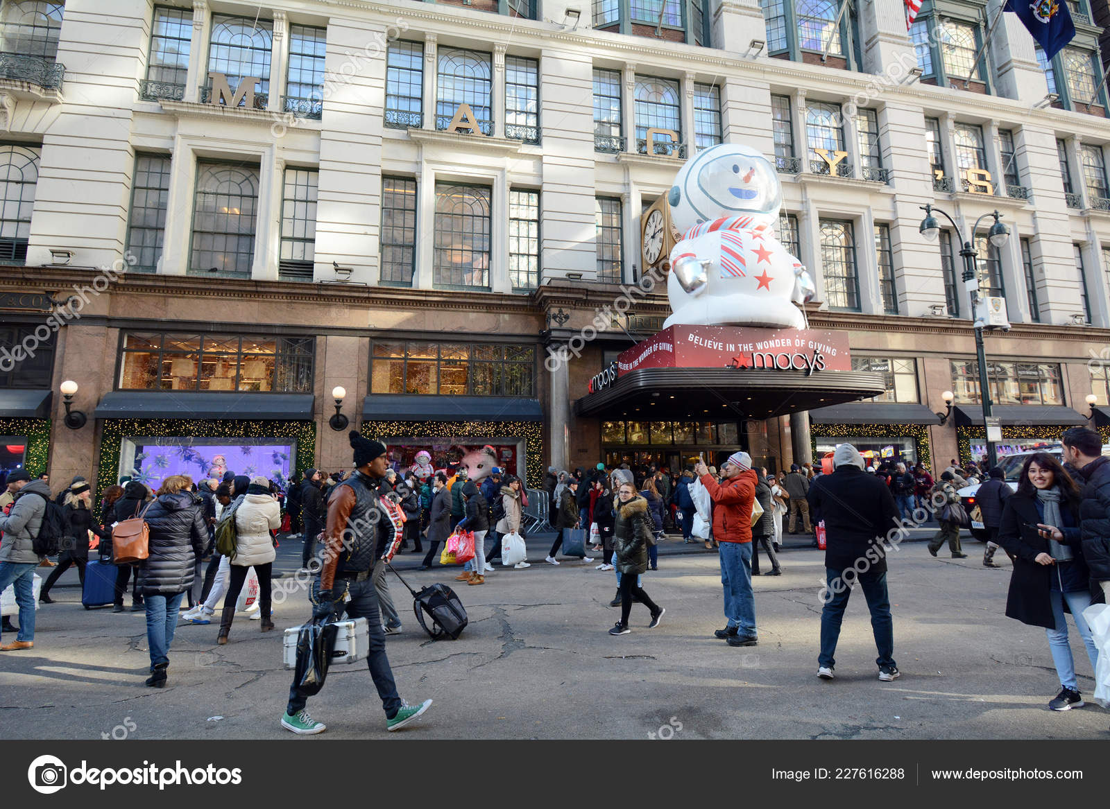 Black Friday Crowd Front Busy Department Store Herald Square