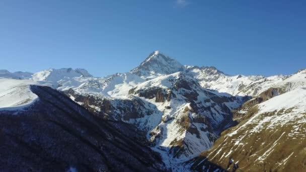 Hory v zimě v Gruzii. Kavkaz a jasné slunce. Panorama hor