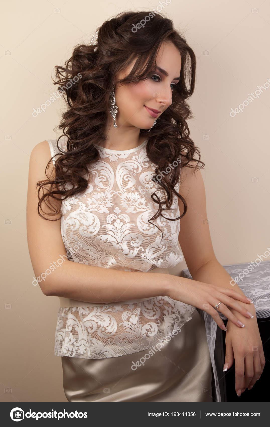 Schöne Frau Der Spitze Kleid Mit Frisur Und Make Stockfoto