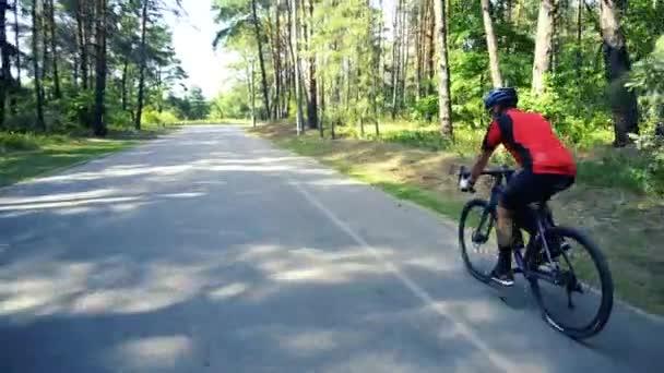 Mladý muž Cyklistika na lesní cestě v den sammere
