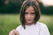 Fiatal aranyos lány szórakozás a réten