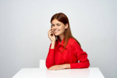 fiatal üzletasszony ül íróasztal, elszigetelt fehér